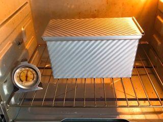 麦芽糖风味吐司,烤箱预热至190度,吐司盒送入烤箱烤制40分钟。
