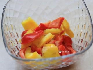 捞汁手撕拌菜,彩椒洗净,撕成小块,备用。