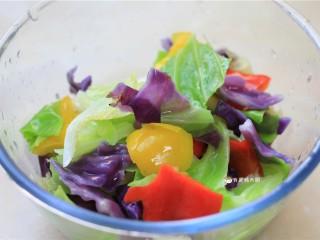 捞汁手撕拌菜,沥去水份,放入大碗中,备用。