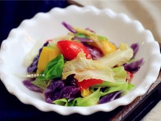 捞汁手撕拌菜,盛入盘中,一盘非常营养的捞汁手撕拌菜就完成了。