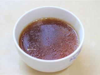 捞汁手撕拌菜,一碗捞汁就制作好了。