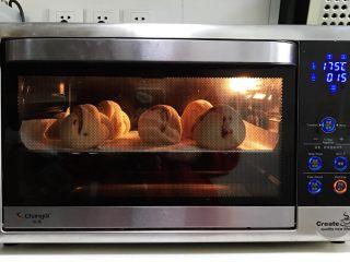 牛奶炼乳蔓越莓软欧,放入预热的烤箱中层,上下火175度,约烤15分钟。(请按各自烤箱情况调整烘烤温度和时间)