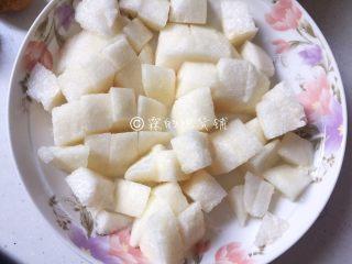 清甜牛油果水果沙拉,梨也是去皮后切成小块