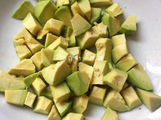 清甜牛油果水果沙拉,去皮去核后切成小块