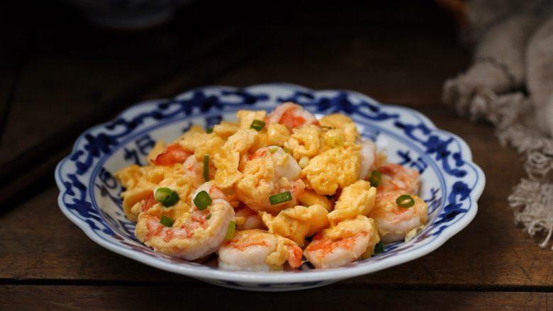 虾仁炒鸡蛋,一道口感嫩滑鲜美、营养丰富的虾仁滑蛋就完成了,孩子特别喜欢呢!