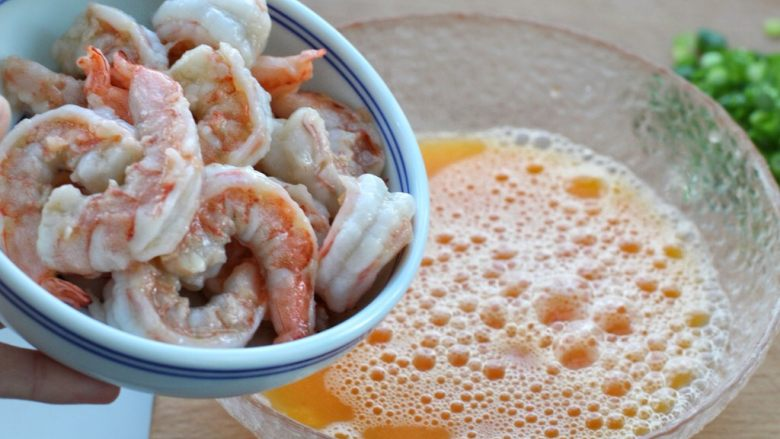 虾仁炒鸡蛋,把炒好的虾仁放入蛋液中,搅拌均匀