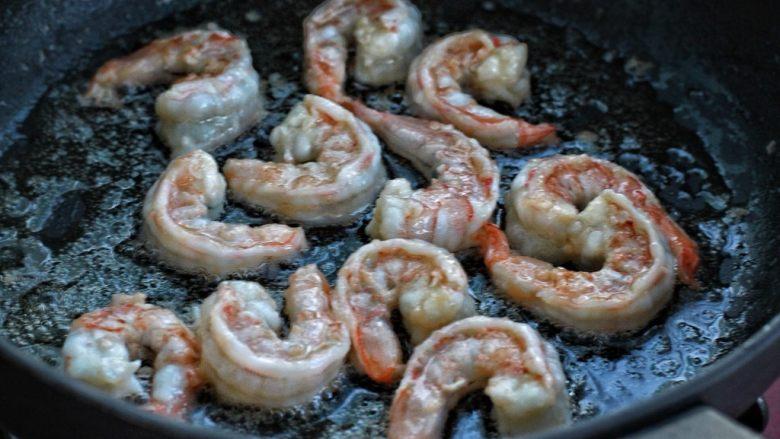 虾仁炒鸡蛋,锅中倒适量食用油烧至三、四成热,放入虾仁炒至变色立刻关火盛出
