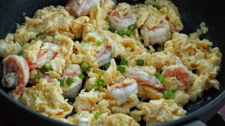 虾仁炒鸡蛋,待鸡蛋凝固后,改大火快速翻炒几下,最后撒入葱花即可