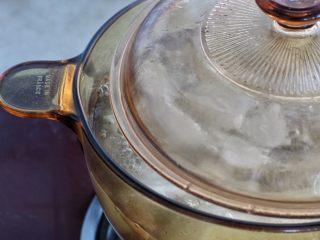 清炖牛肉萝卜汤,加入萝卜后记得把锅盖留个小缝,这样在炖煮的过程中臭萝卜气味就都散发了