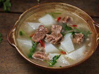 清炖牛肉萝卜汤,一道营养又美味的清炖牛肉萝卜汤就完成了,这个季节和天气来一碗忒舒坦了!