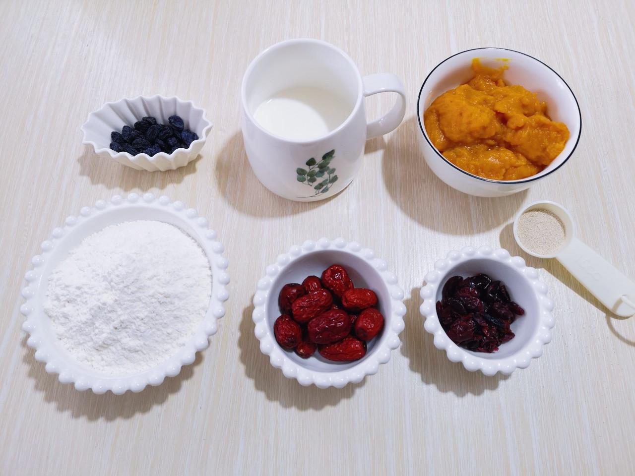 奶香果干南瓜发糕,准备所有食材,南瓜泥提前做好。(南瓜去皮,切小块,隔水蒸熟,用破壁机或料理机将其打成南瓜泥)</p> <p>2