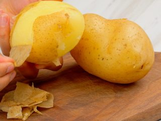 《风味人间》同款洋芋搅团,土豆2个洗净,放入上汽的蒸锅蒸熟,取出去皮切块