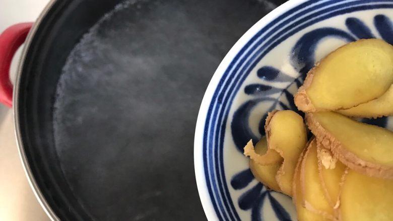 一鸡两吃(白切鸡  鸡汤白菜),锅内煮适量清水,水开后放入姜片