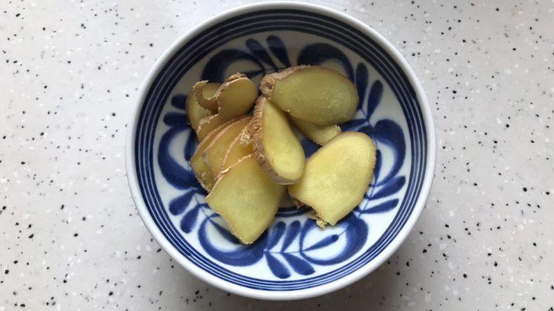 一鸡两吃(白切鸡  鸡汤白菜),生姜洗净之后切成薄片