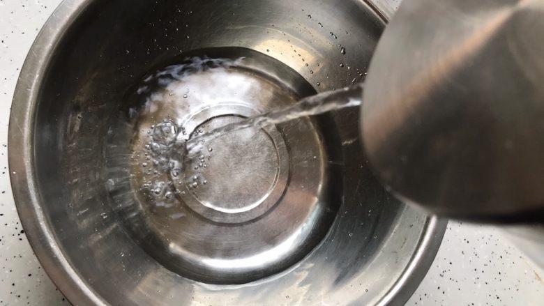 一鸡两吃(白切鸡  鸡汤白菜),这期间我们准备好一盆凉水