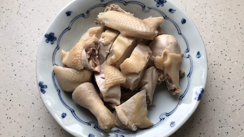 一鸡两吃(白切鸡  鸡汤白菜),捞出过凉好的鸡,控干水分,切件