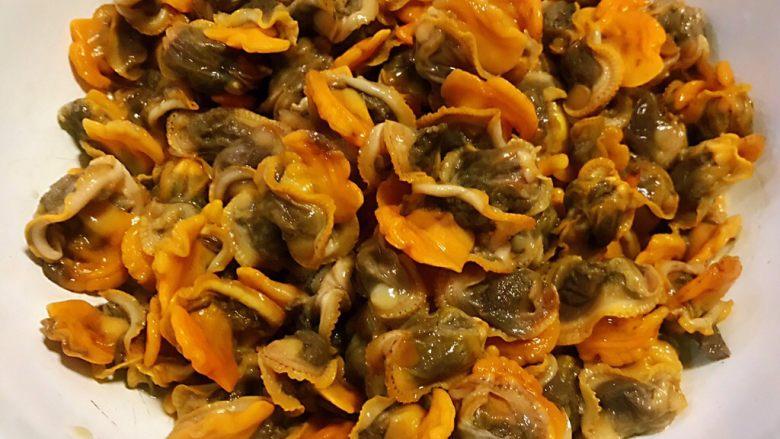 香葱拌毛蚶,毛蚶肉肉取出在原汤汁中清洗一下沥干水份