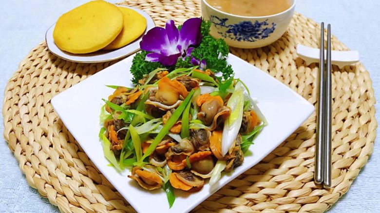 香葱拌毛蚶,香葱配玉米饼和大米绿豆粥简直就是标配
