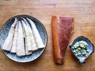 腊肉蒸雷笋,准备食材。腊肉我买的是真空包装免洗免泡的。青豆提前化冻,雷笋去皮,过开水焯一下。(因为鲜笋含有大量的草酸,会影响人体对钙质的吸收,因此要在炒之前用开水焯3分钟,使鲜笋中的大部分草酸分解,这样可以除去涩味,提高口感。春天下雷笋的时候可以多买一些去皮焯水后沥干水份,用保鲜袋装好冷冻保存,随吃随取非常方便。)