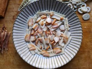 腊肉蒸雷笋,将切好的笋片和腊肉摆入盘中,一层笋片,一层带皮肥肉的码放。
