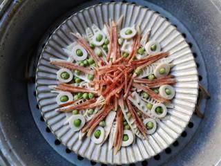 腊肉蒸雷笋,上锅隔水大火煮开,开锅后再蒸15分钟即可。