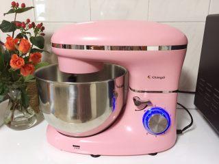 溏心云朵鸡蛋,将蛋清倒入面桶中,开启厨师机6档打蛋功能