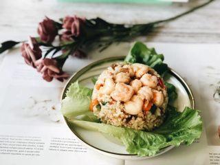 虾仁什锦炒饭,最后,将做好的炒饭放在盘中,再把虾仁放在最顶部,虾仁什锦炒饭就做好啦