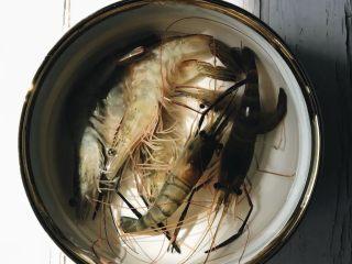 虾仁什锦炒饭,取十颗新鲜的活虾,放在水里备用