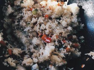 虾仁什锦炒饭,加入米饭炒匀,再放入虾仁,翻炒均匀