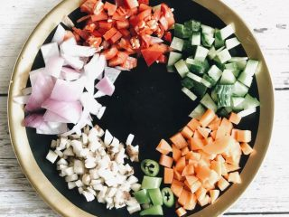 虾仁什锦炒饭,把所有的蔬菜都处理成小丁