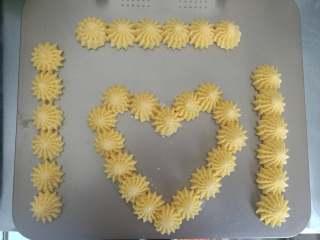 布雷斯特泡芙排,装裱花袋,用喜欢的花嘴挤出每6个小泡芙连在一起的泡芙排,或其他形状