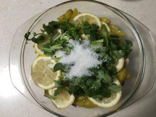 柠檬凤爪,最后撒上香菜葱花末、白糖。