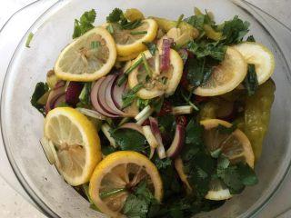 柠檬凤爪,腌制一夜后打开即可食用。