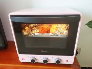 烤鸡腿,放入烤箱中层,上下火200度20分钟,取出翻面,刷腌料撒芝麻,放入烤箱继续烤20分钟左右,用筷子能轻易扎透就是熟了。