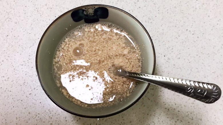 萌萌哒紫薯圣诞老人小馒头,加入150克冷水,调匀后静止3分钟