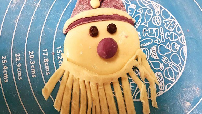 萌萌哒紫薯圣诞老人小馒头,把长的部分先放在圣诞老人的脸上