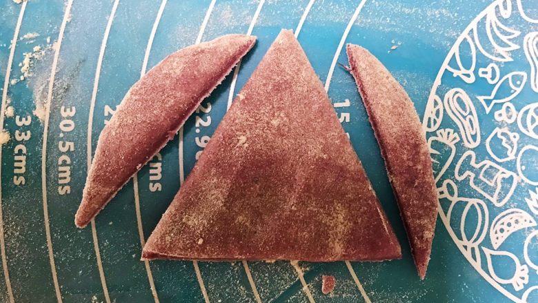 萌萌哒紫薯圣诞老人小馒头,取一份,切成三角形