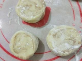 钳花绿豆包,揉好的面团隔温水发酵40分钟左右,拿出来充分排气,先搓成条再分成等量的剂子。