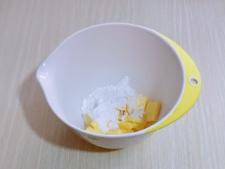 可可玛格丽特饼干,将室温软化的黄油放入较深的器具中,加入糖粉!用硅胶铲拌均匀,避免启动电动打蛋器时糖粉飞扬!