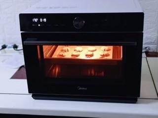 可可玛格丽特饼干,170°预热5分钟,170°烤18-20分钟。(每家烤箱温度不同,温度及时间适当调整,根据自己烤箱性能来)我用的是美的s5-l300e蒸烤箱!
