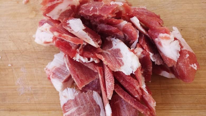 牛肉炒洋葱,然后把牛肉切成薄片。