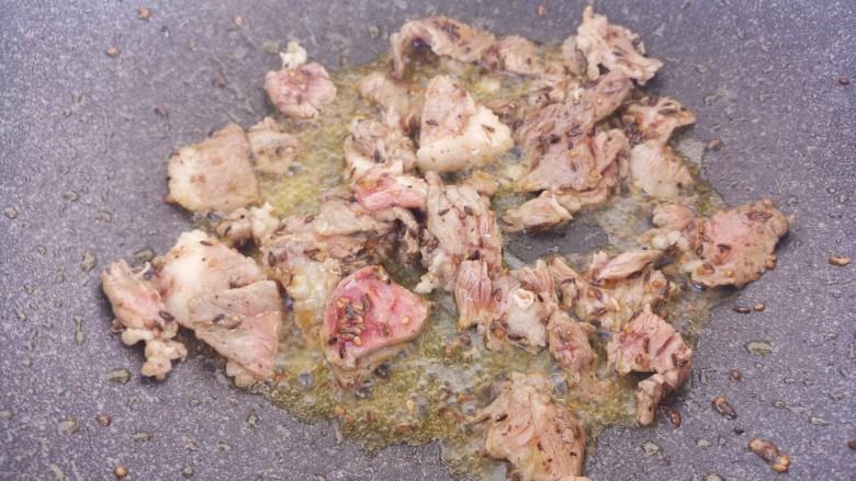 牛肉炒洋葱,把牛肉炒至八成熟。