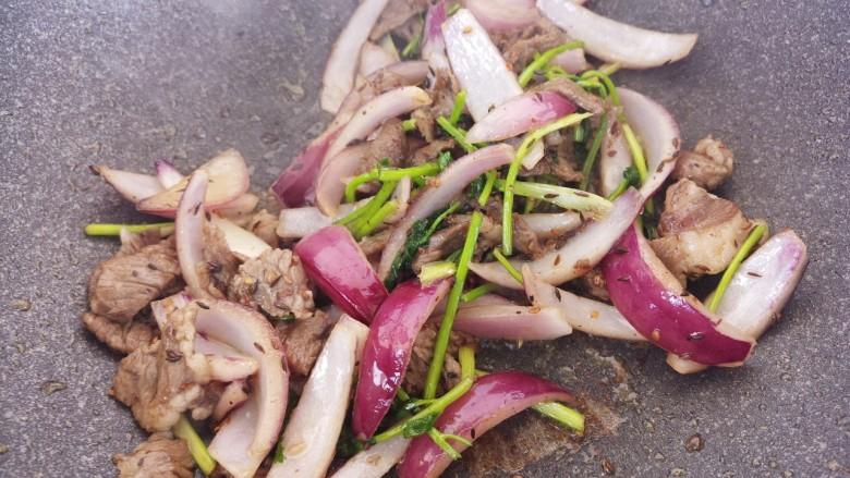 牛肉炒洋葱,然后翻炒均匀。
