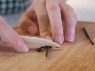 焦糖布丁,香草豆荚对半切开,刮出香草籽。