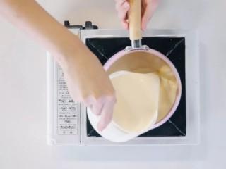 焦糖布丁,把香草豆荚、香草籽、淡奶油放入奶锅中,小火煮至温热后离火。