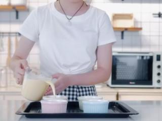 焦糖布丁,把蛋奶液过筛,滤出香草荚和大气泡。