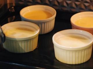 焦糖布丁,送入提起预热好的烤箱,往烤盘里加入适量热水,180度,烤30分钟左右。