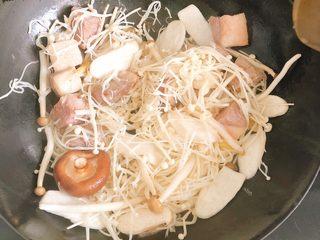 菌菇牛腩汤,倒入菌菇一同翻炒。