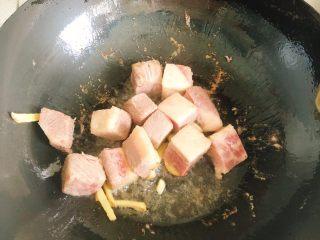 菌菇牛腩汤,倒入牛腩粒炒2分钟。(若买的牛腩粒不是特别嫩的那种,建议先用高压锅压烂一下再炒,否则会很硬,煮不烂)