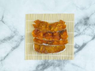 香甜柿子核桃卷,将柿子饼叠放在寿司帘上